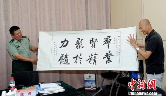 2015年1月9日,解放军307医院领导和陈虎团队在国家科技奖励大会结束后合影留念。 307医院提供 摄