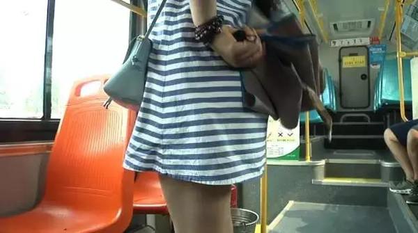 烟台9路公交车上,一美女偷拍色狼裙底!高清迪吧现场美女视频图片