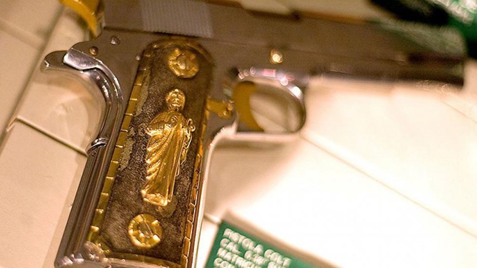 墨西哥毒枭古斯曼珍藏的黄金手枪(网页截图)