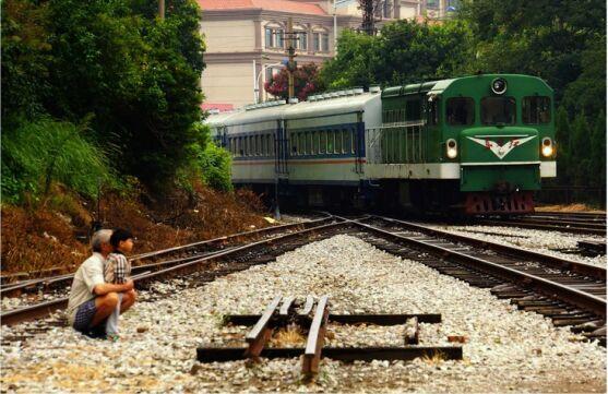 昆明合肥站小火车装载满满的组图和别离(亲情2015麻园小学教师招聘图片