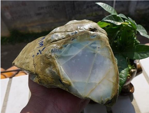 乌黑迅雷高达_翡翠原石,每公斤高达3300万