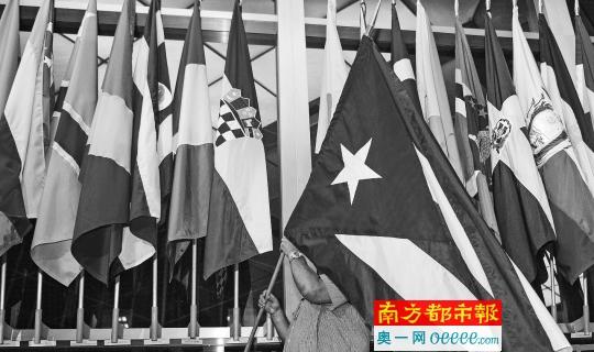 20日清晨4点摆布,在美国国务院正门大厅,一名作业人员预备插上古巴国旗。
