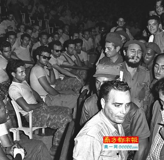 1961年4月,在古巴哈瓦那,菲德尔・卡斯特罗(抽雪茄者)加入猪湾事情公判大会。