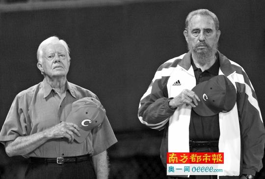 2002年5月14日,古巴哈瓦那,美国前总统卡特和古巴指导人菲德尔・卡斯特罗在棒球场凝听古巴国歌。