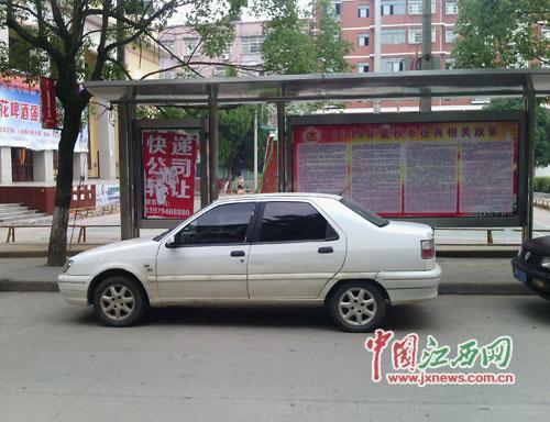 """老县委广场公交站台上,两辆小车毫不客气地""""鸠占鹊巢"""",公交线路指示牌也不见踪影"""