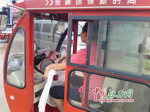 这名拐的女司机认为只有残疾人开的电动三轮车才能算拐的,对拐的无人管理的现状感到不满