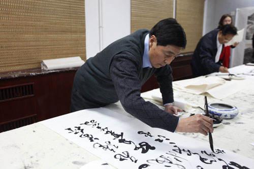 资料图:杨国梁上将挥毫泼墨.资料图:杨国梁上将创作书法作品.