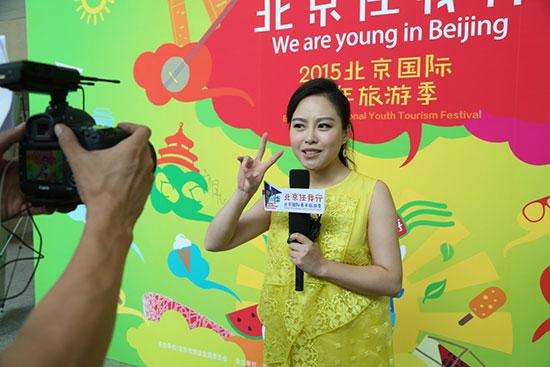 著名青年主持人王倩轻松接受采访,并卖萌。