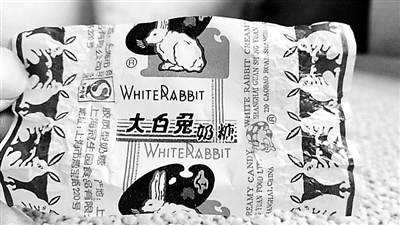 """""""大白兔奶糖""""的糖纸和雪糕的包装纸有区别 摄影/张涵"""