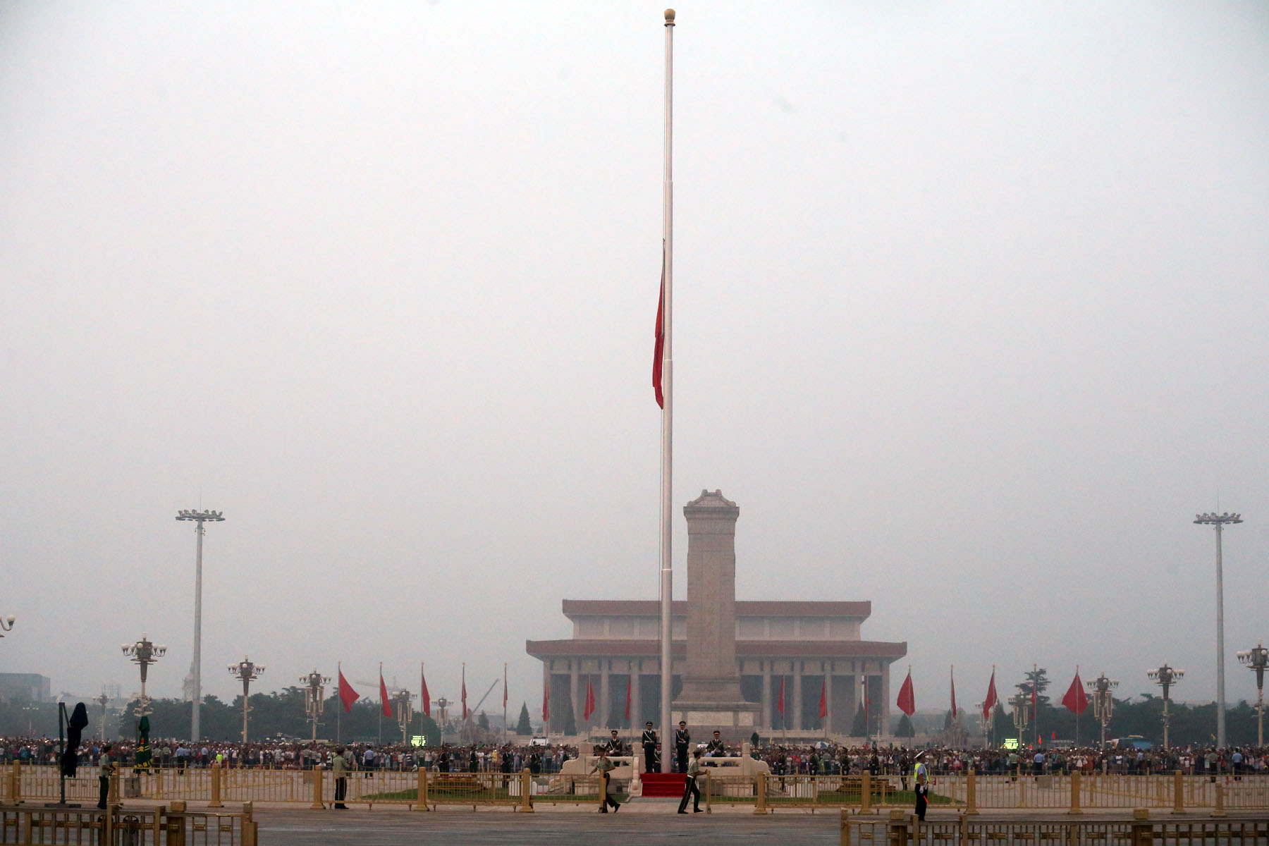 图为天安门降半旗 摄/记者 杨益