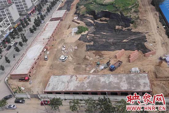 郑州市昆仑路与淮河西路交叉口东北角,有人在辖区汝河路办事处眼皮底下盖起了违章建筑。
