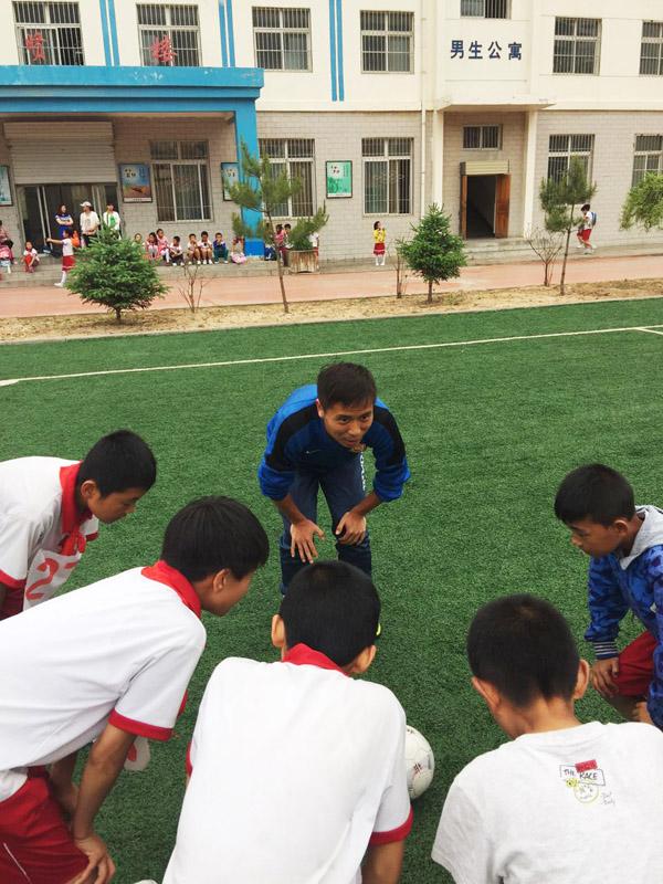 锻练于晨楠(中)领导小球员,他曾是郜林、毛剑卿的队友。 宋承良 图