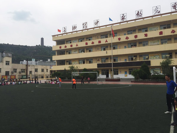 赤军小学的足球场,和志丹足协对接的足球定点小学。 宋承良 图