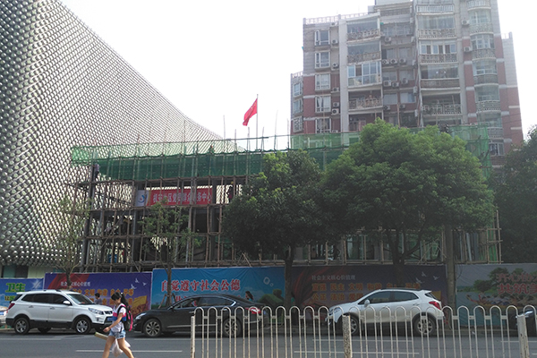 街道办在违建上插上了国旗。 本文图片 澎湃新闻记者 周琦 图