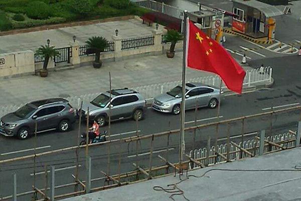 街道办在违建上插上了国旗(楼顶特写)。