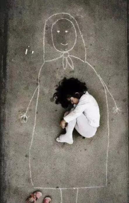 16. 伊拉克的孤儿院里,一个小女孩在地上画了个