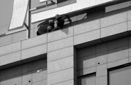 华商报讯(记者杨德合)昨天,在高新路与科技二路十字东北角的水晶城C座,一位年青男子爬上31层高楼的楼顶欲轻生。