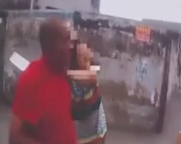 """此时巡逻交警正好路过,试图劝说女子并试图将菜刀夺下,在劝说期间女子还大喊称""""你们不懂""""。据交警介绍,男子虽被架住,但却很冷静,而女子一直很不冷静。"""