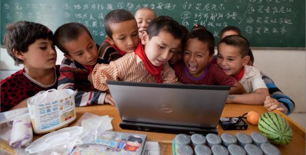 2011年6月13日,新疆喀什叶城依提木孔乡中心小学,孩子们对于从未见过的笔记本电脑有着浓厚的兴趣。刘行�� 澎湃资料
