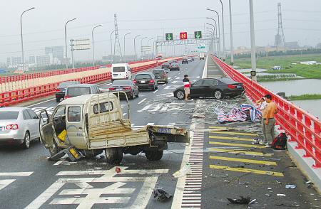前全��午,在杭州�晨绾4�蛏习l作危�U一幕,一�v行�中的��被名�x追尾后撞上大�蜻��o�冢�系著平安�У鸟{御�T和坐位都被��出�外。
