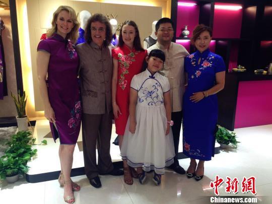 """两户""""大使""""家庭一起体会国家旗袍 杭州市旅委 供给 摄"""