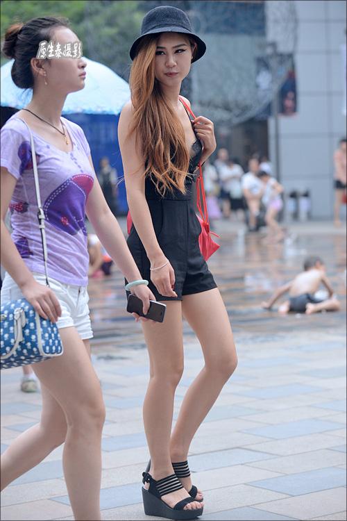 于夏日的北京街头 全都是身材比例很好的长腿美女