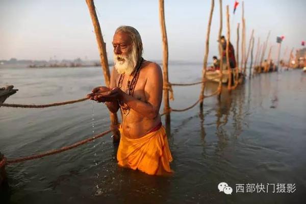 印度人的集体露天沐浴狂欢节图片
