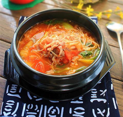 难以忘记的好味小蛏子--番茄金针菇肥牛锅做法包蛋的火锅图片