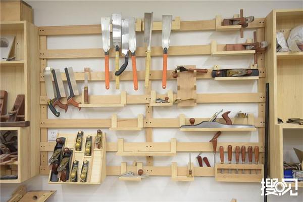 工作室里摆放的各种木工工具.图片