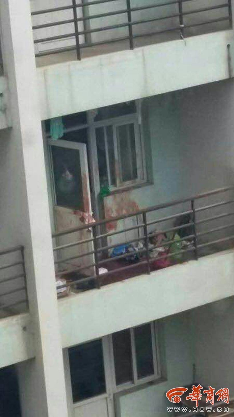 华商报延安讯(记者 董瀚文 陈雪)7月23日凌晨,3名延安大学女生被一名女同学在宿舍捅伤,目前三名女生在延安大学附属医院接受治疗。