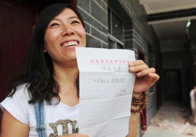 顾少强向来访者展示走红网络的辞职信拷贝。