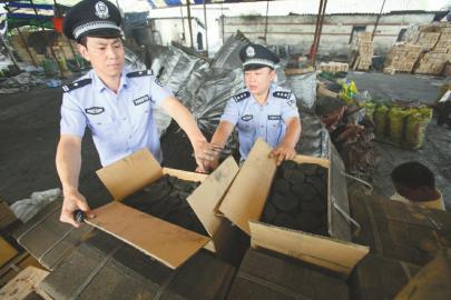 海关缉私家员查扣涉案货品。许晖月/摄