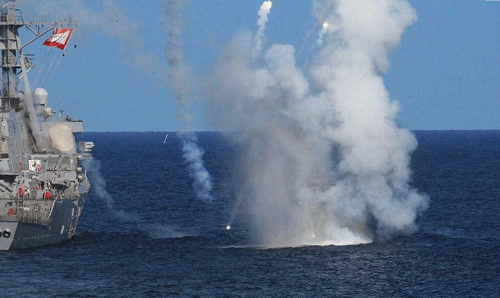 导弹残骸落入海中