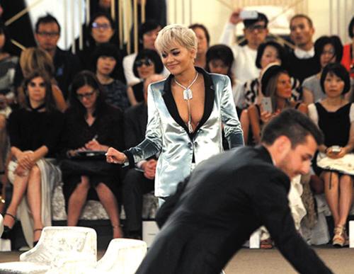 """自从Chanel 把2014秋冬服装发布会设计成一个超市以来,每场秀都有新的场景点子。2015/16的秋冬高定秀在巴黎大皇宫开幕,这次Chanel 将秀场改成了""""赌场""""。""""这样的场合如今有些沉闷,因为人们不再梳妆打扮。""""Karl Lagerfeld说。"""