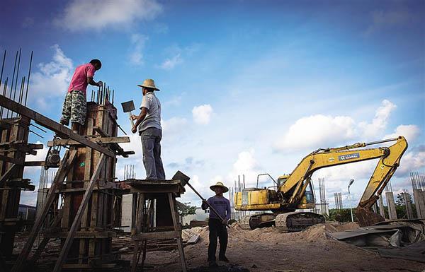 2015年6月,三沙市赵述岛居民定居点施工现场,工人正在紧张施工中。