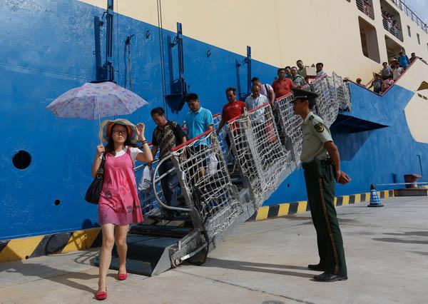 2013年,游客乘坐椰香公主轮抵达永兴岛。从海南本岛乘坐客轮需近20个小时抵达永兴岛。三沙设市后,往来于海南本岛和三沙市永兴岛之间的班次增加。