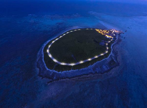 2015年7月8日晚,赵述岛上的25盏太阳能路灯把环岛路照得透亮。