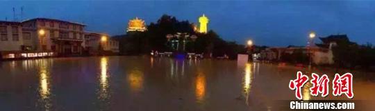 被淹的月光广场。 胡远航 摄