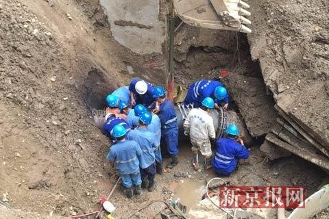 作业人员正在基坑内装置新的管道。新京报见习记者 赵吉翔 摄