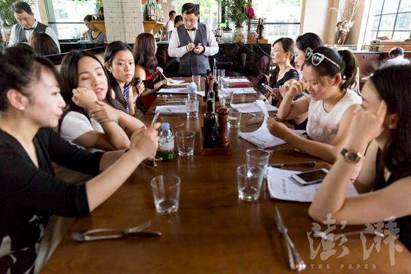上午的课程结束后,何佩嵘带领学员们来到一家法式餐厅,用餐的同时巩固相关的礼仪常识。