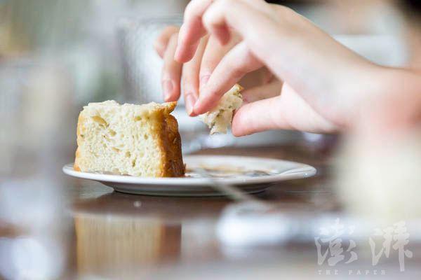 午餐上,学员们开始实践课堂上学到的知识,例如法餐中吃面包时直接用手掰,而不要使用餐具。