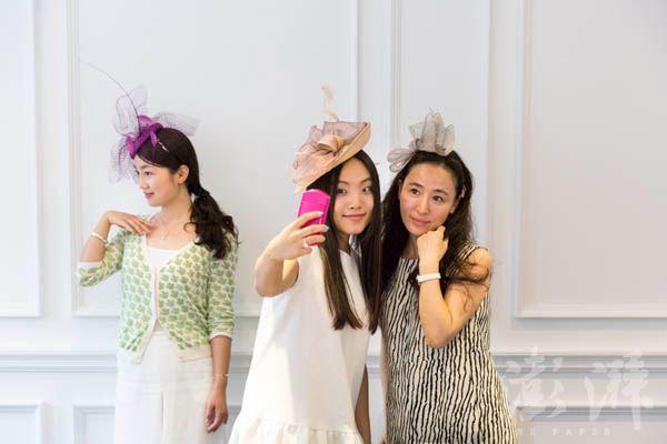 学习女士礼帽佩戴常识后,学员们挑选并佩戴上喜欢的礼帽,并在镜头前表现出自己优雅的一面。