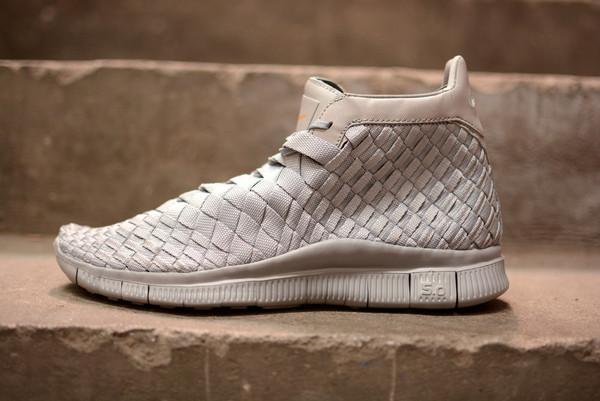 白色与磨砂灰色编织尼龙构成中筒鞋身轮廓,保持一贯 inneva woven