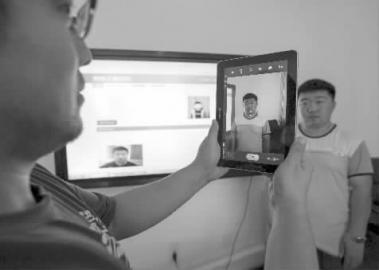 作业人员正在展现人脸辨认体系 新文明记者 张英男 摄