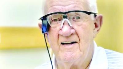 新华社电 英国一名目力欠好的白叟比来承受了手术,如今他戴一副装有摄像头的眼镜,而摄像头可以经过无线技能与埋在视网膜上的电极通讯,将光芒资讯传给视神经,帮忙看清物体。他因而成为了全世界榜首个将天然目力与仿生眼目力联合起来的人,如今就算闭上眼,也能依托摄像头瞥见货色。