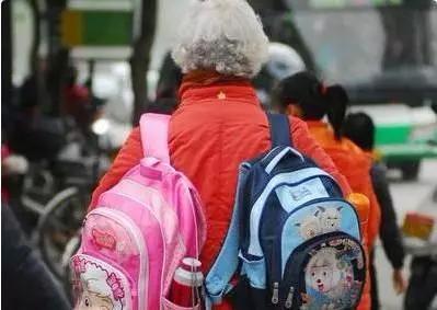 如果你说是 书包太重 ,怕孩子累着,那拉杆书包呢?