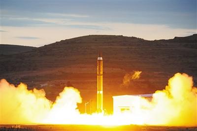 高原戈壁,第二炮兵某洲际战略导弹旅执行一场发射演练时,导弹腾飞的瞬间。