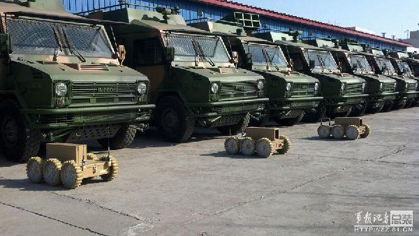 原文配图:解放军部队列装新六轮机器人。