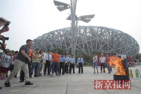 市民体会使用抛掷型救活器救活。新京报练习生 彭子洋 摄