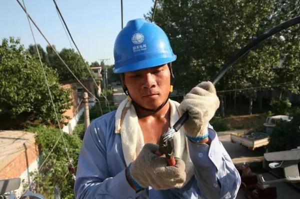 山东电网工人在特高压铁塔上冒酷暑施工.据说,此时的铁塔是发烫的.